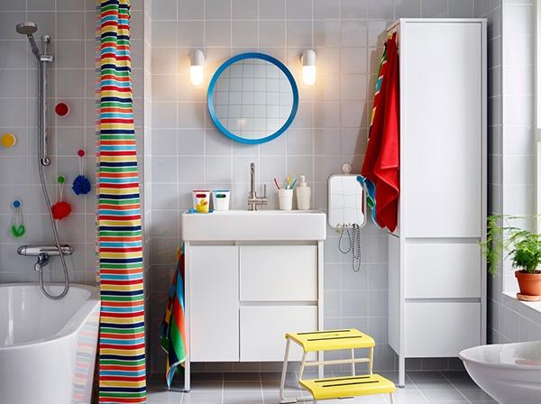 Компактное современное хранение в ванной