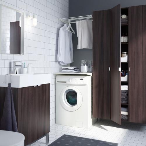 Модная ванная комната со встроенной прачечной